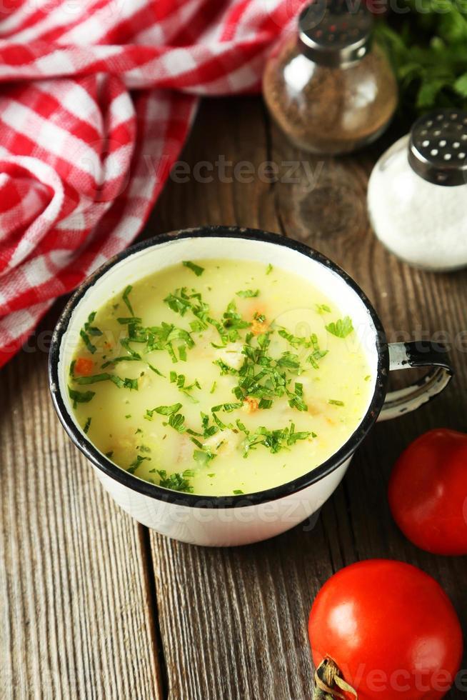 tasse de soupe sur fond de bois brun photo