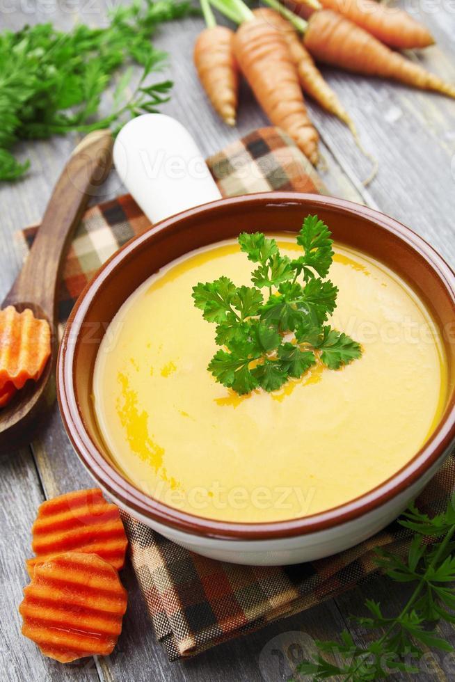 soupe de carottes dans le pot en céramique photo