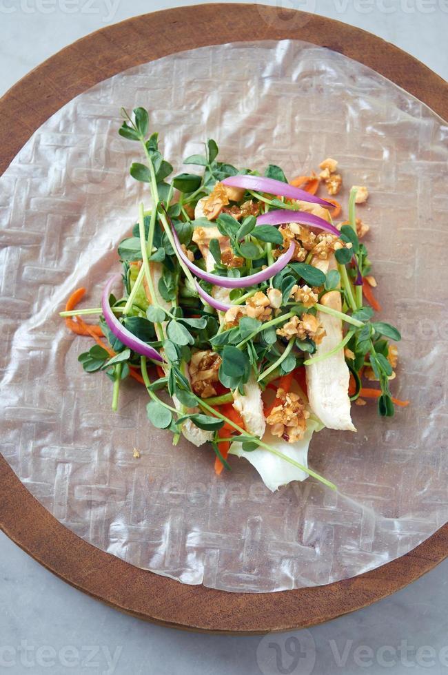 Rouleau de printemps en papier de riz aux légumes photo