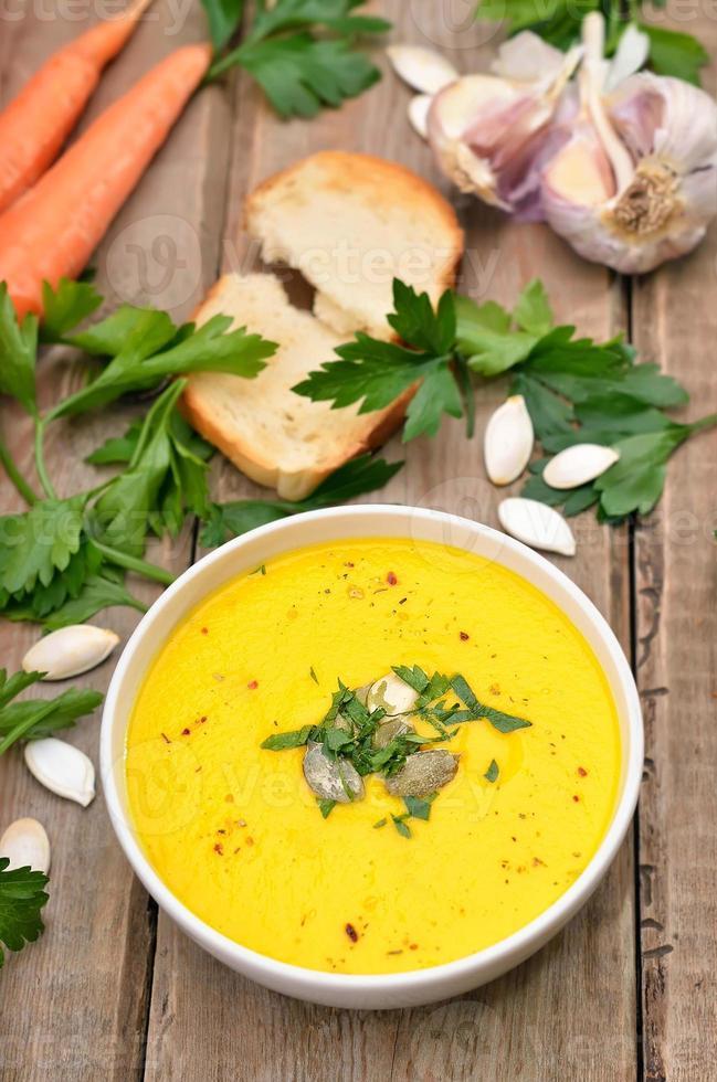 soupe à la citrouille sur table en bois, vue du dessus photo