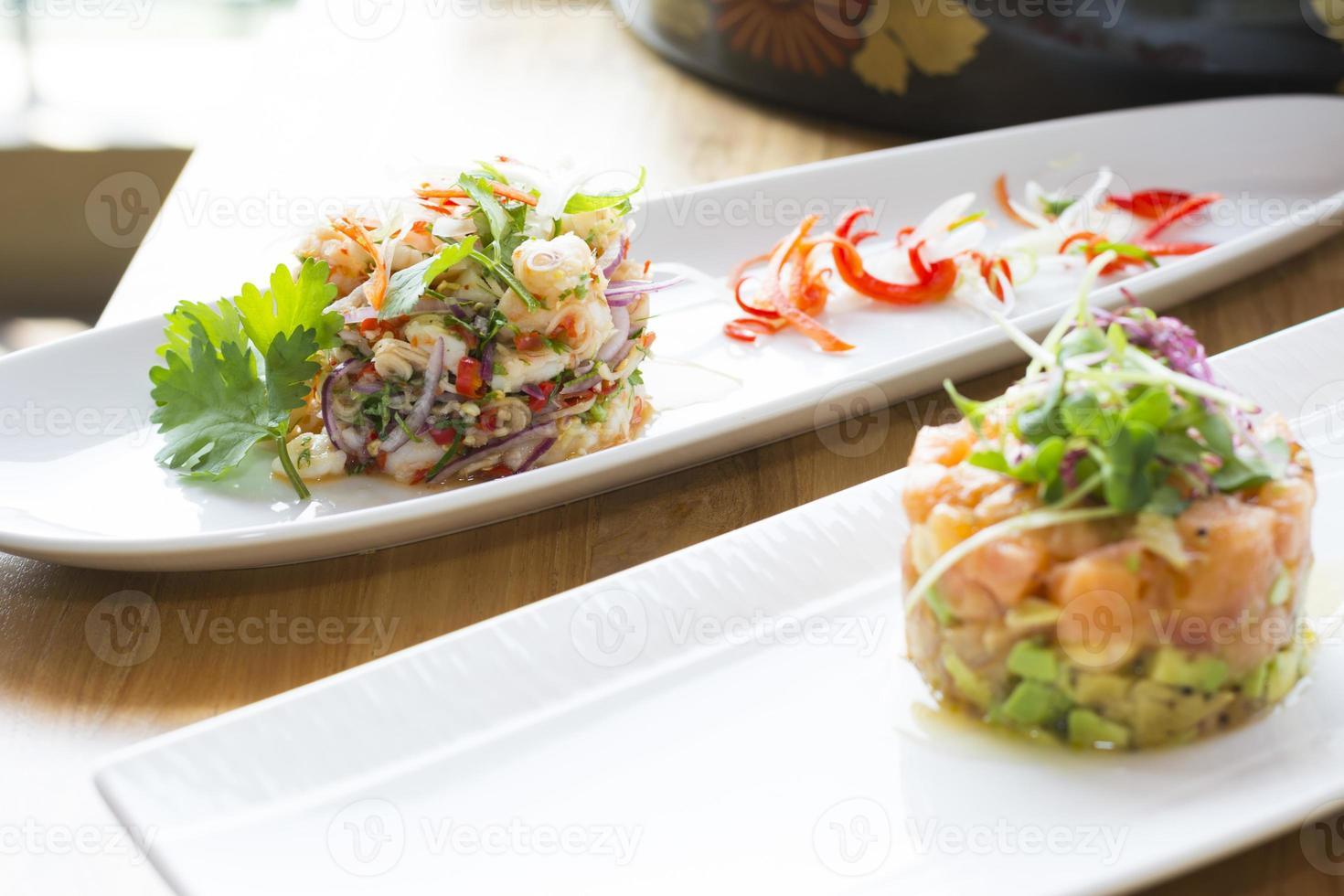 tartare de saumon à l'avocat, aux olives et à l'estragon photo