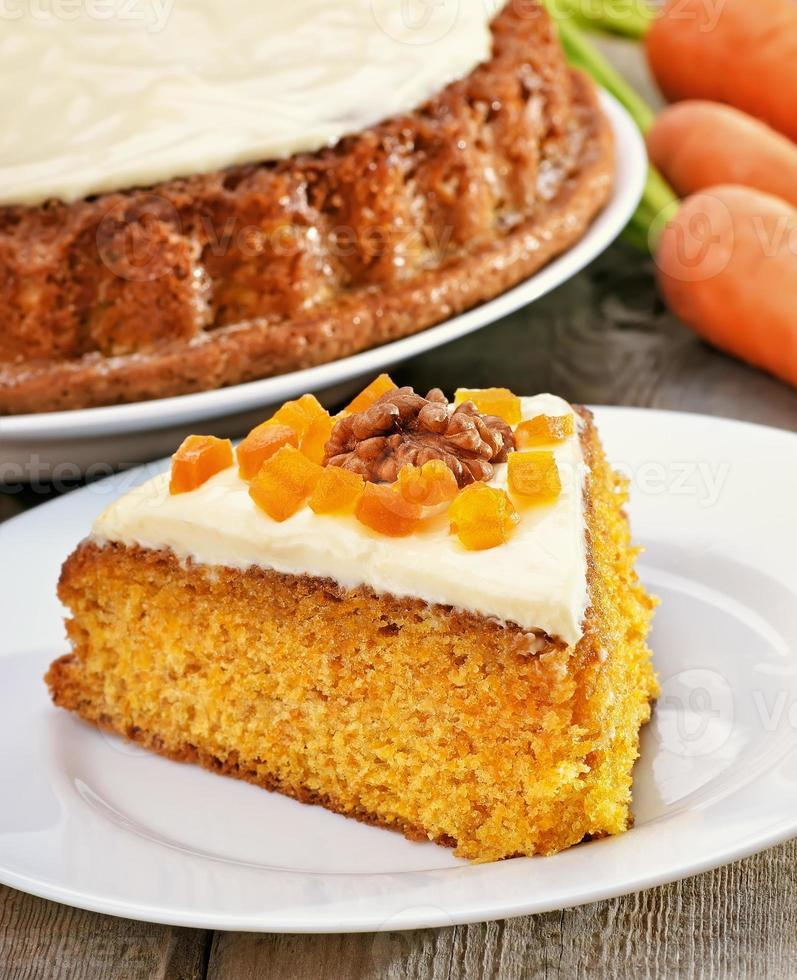morceau de gâteau aux carottes avec glaçage photo