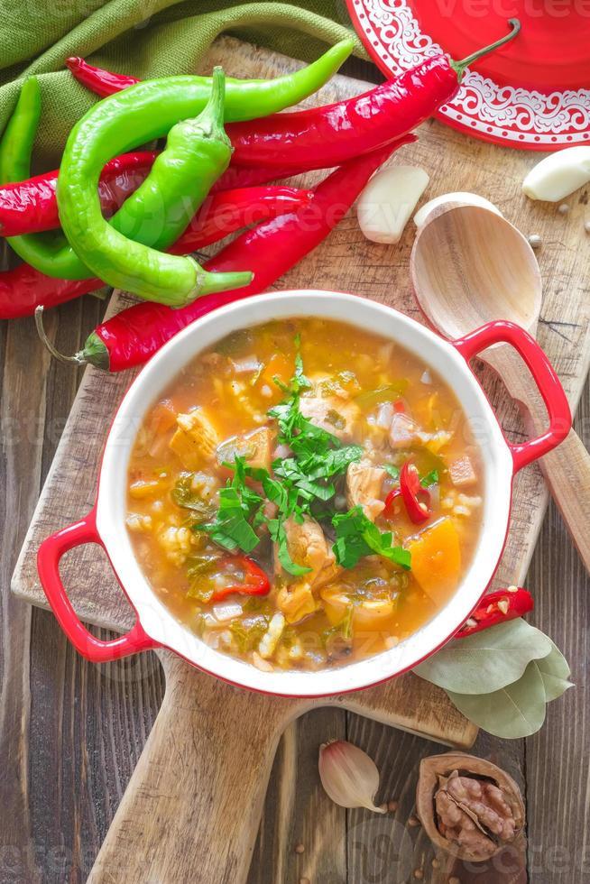soupe aux légumes kharcho. cuisine géorgienne. photo