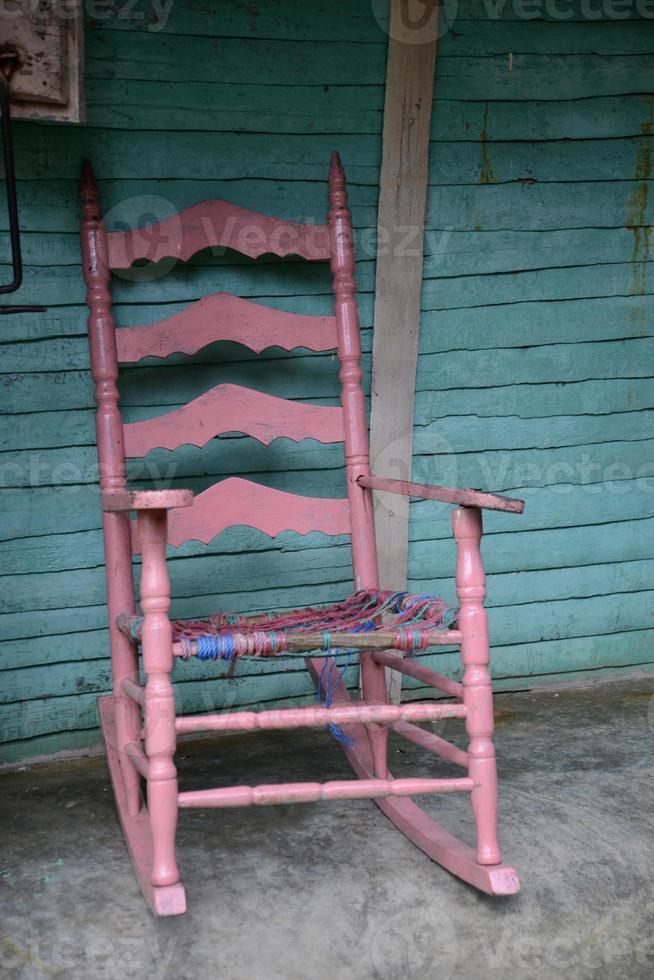 vieux fauteuil à bascule rose photo