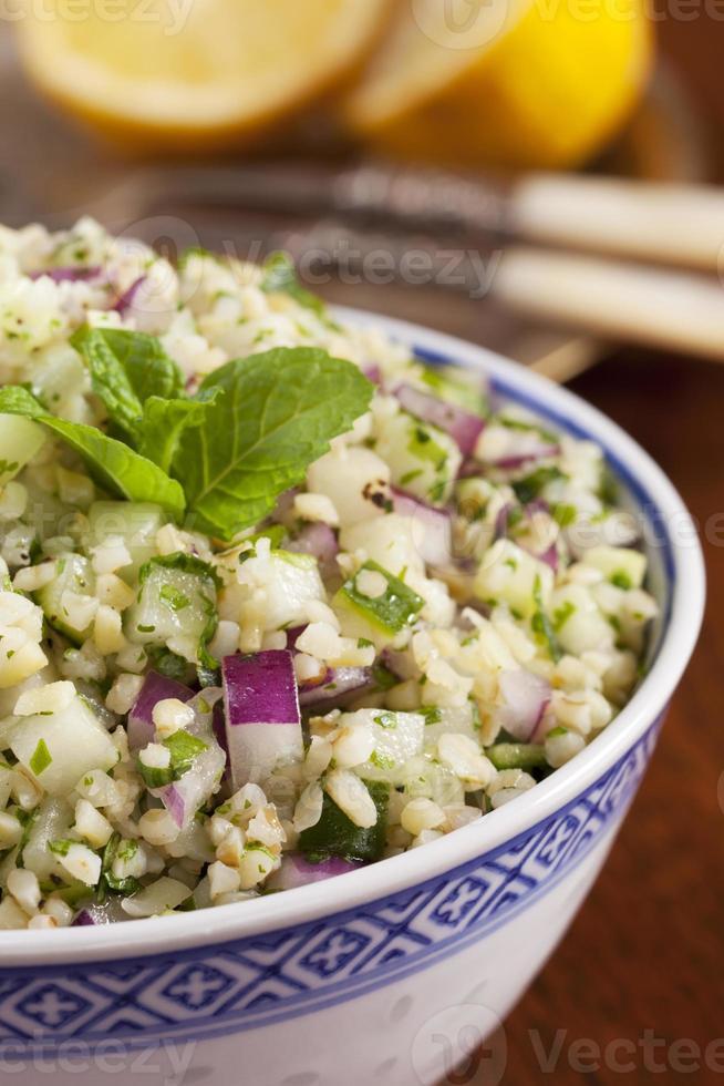 salade de blé au bulgar et au taboulé photo