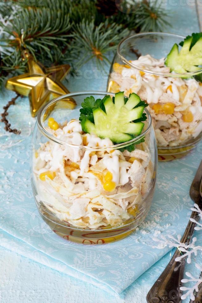 salade aux œufs, poulet, maïs et concombre photo