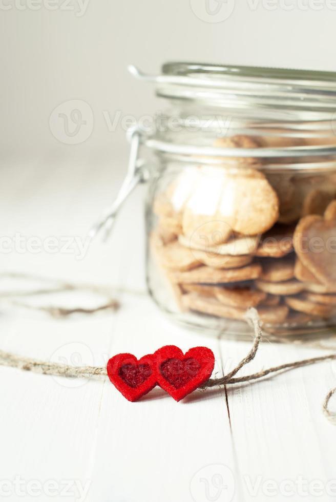 biscuits dans le pot décoré de coeurs photo