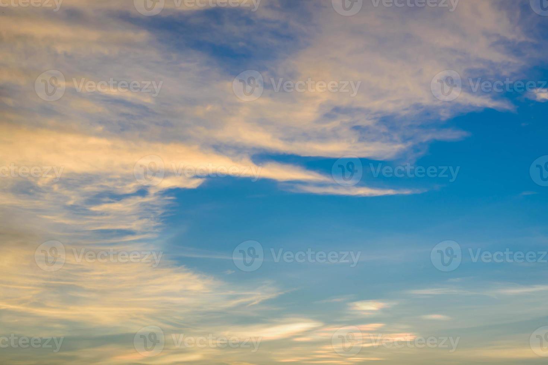 le soleil brille à travers les nuages de pluie photo