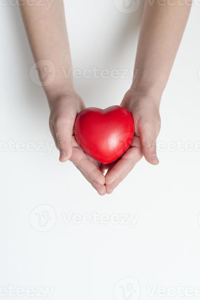 coeur rouge dans les mains photo