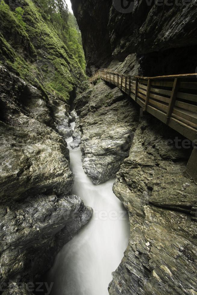 canyon caché avec de l'eau qui coule rapidement et une voie artificielle photo