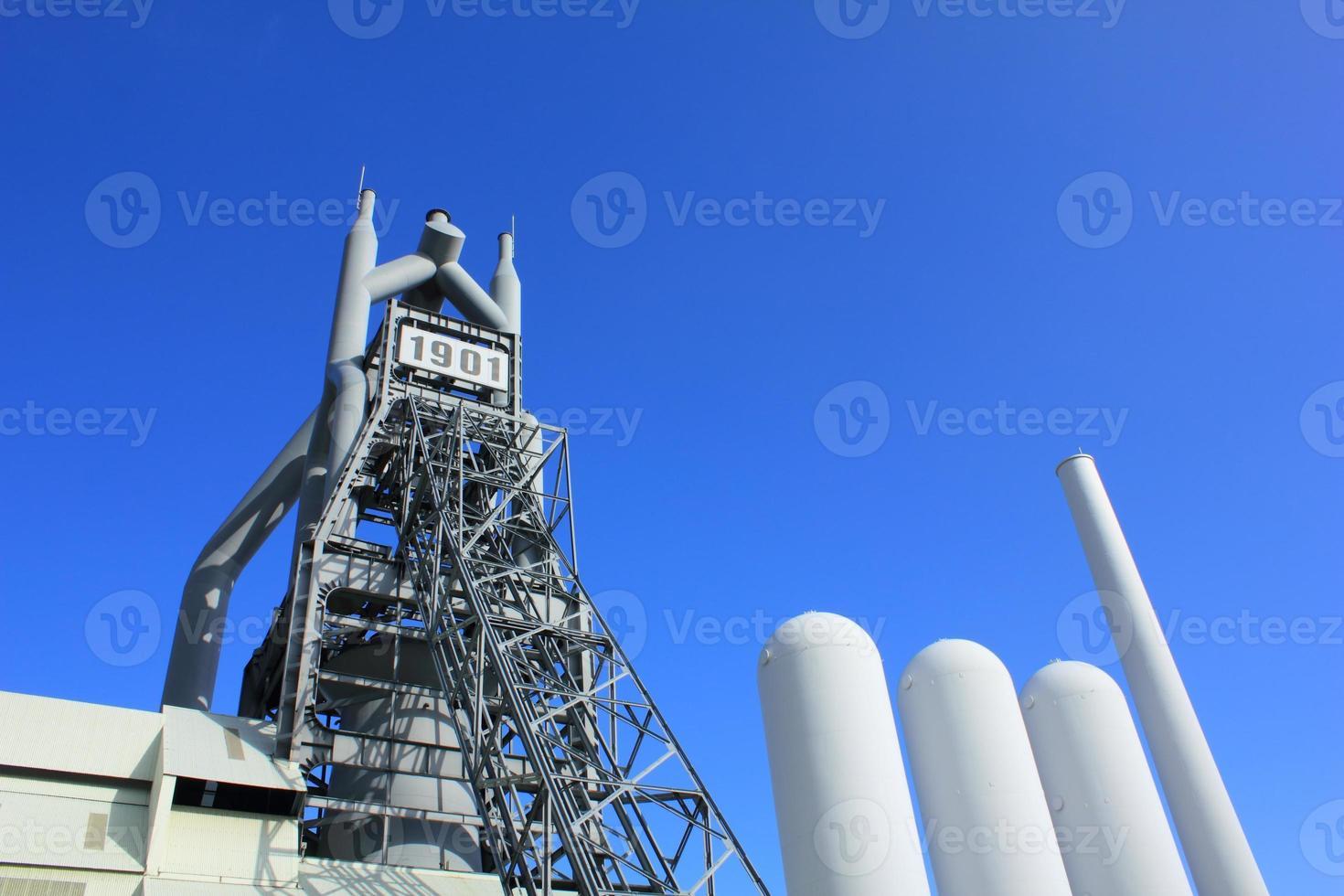 haut fourneau et un ciel bleu photo