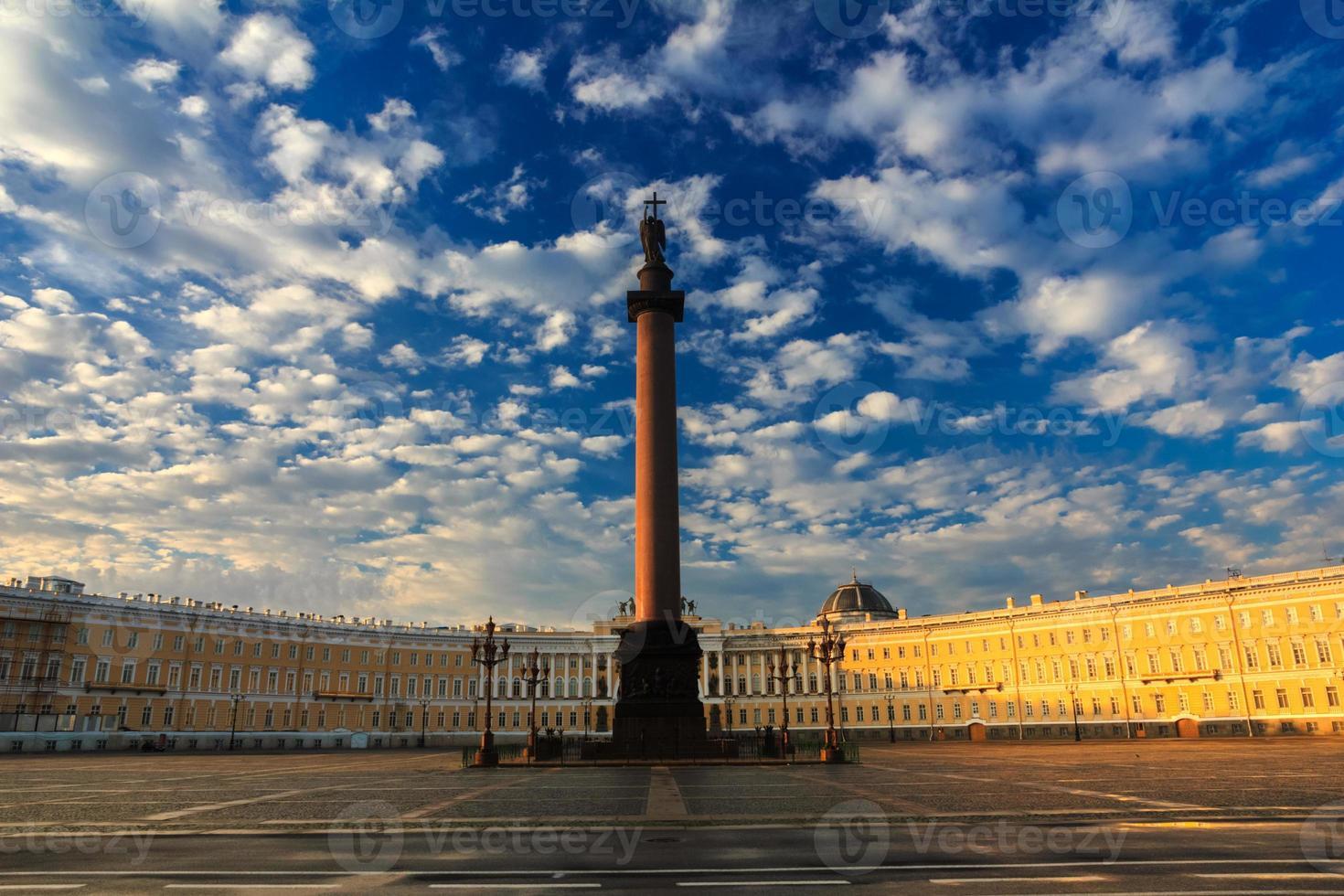 beau ciel du matin sur la place du palais, saint-petersburg, ru photo