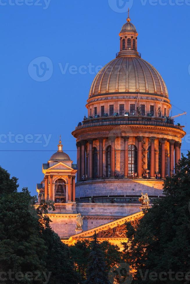 La cathédrale d'Isaac la nuit, Saint-Pétersbourg, Russie photo