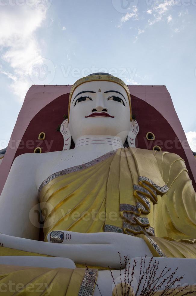 grand bouddha à bago myanmar photo