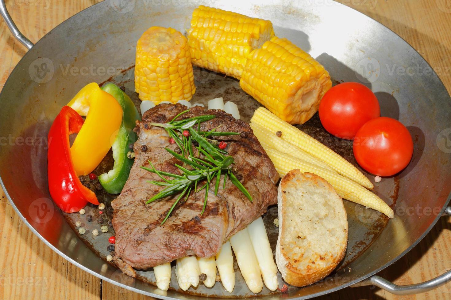 steak de boeuf grillé asperges, poivrons, épi de maïs photo