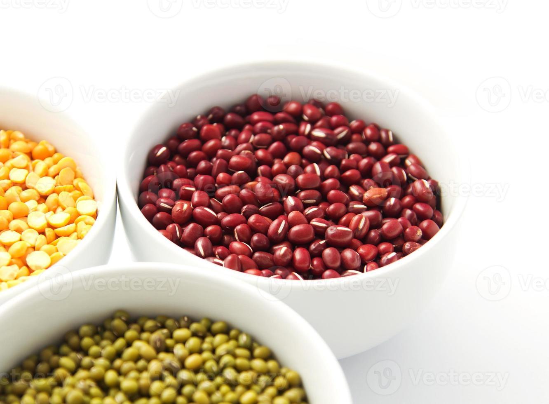bols blancs de mungo, haricots rouges et pois jaunes photo