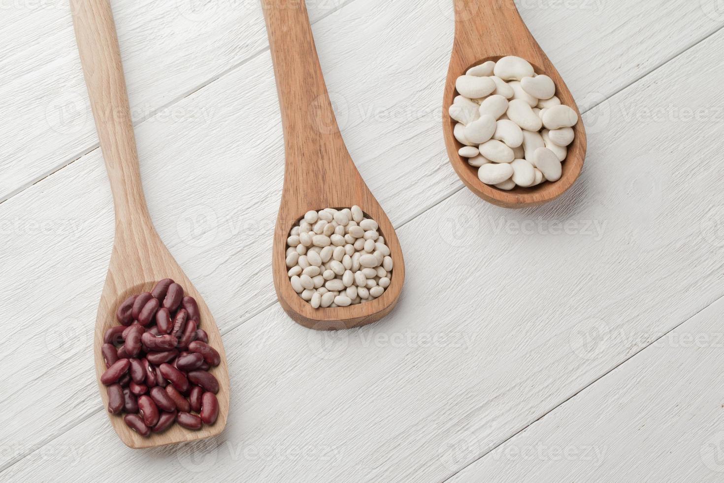 haricots assortis dans une spatule en bois photo