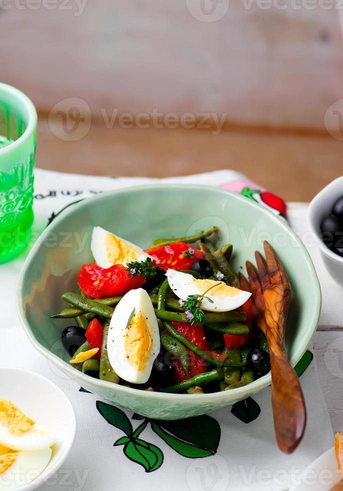 salade de haricots verts aux olives et oeuf photo