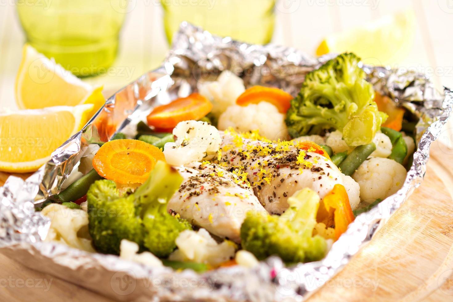 poulet au citron avec des légumes cuits en papillote photo