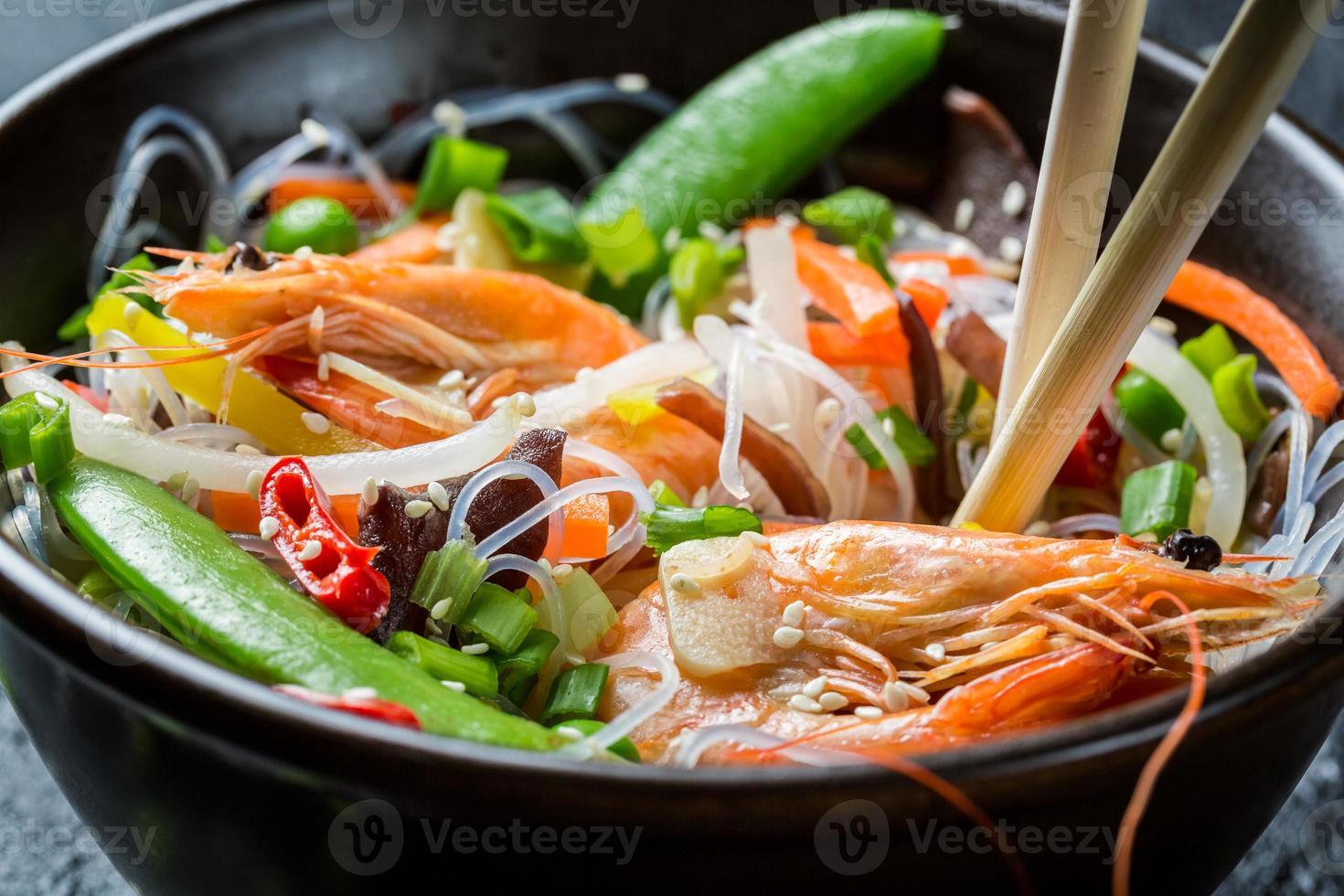 Gros plan du chinois mélanger les légumes aux crevettes photo