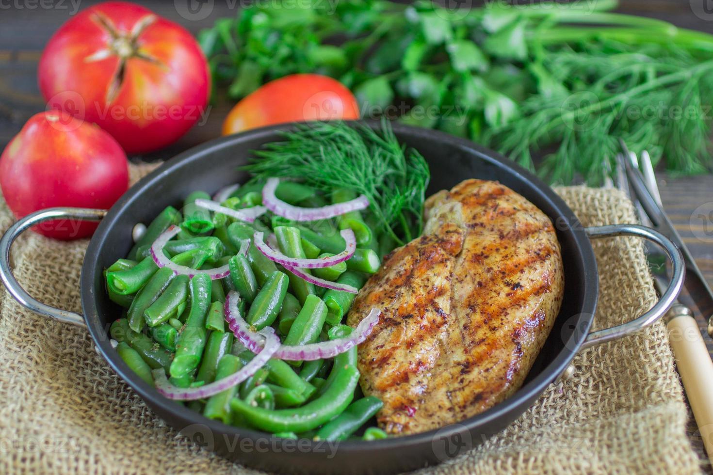 poitrine de poulet grillée et haricots verts photo