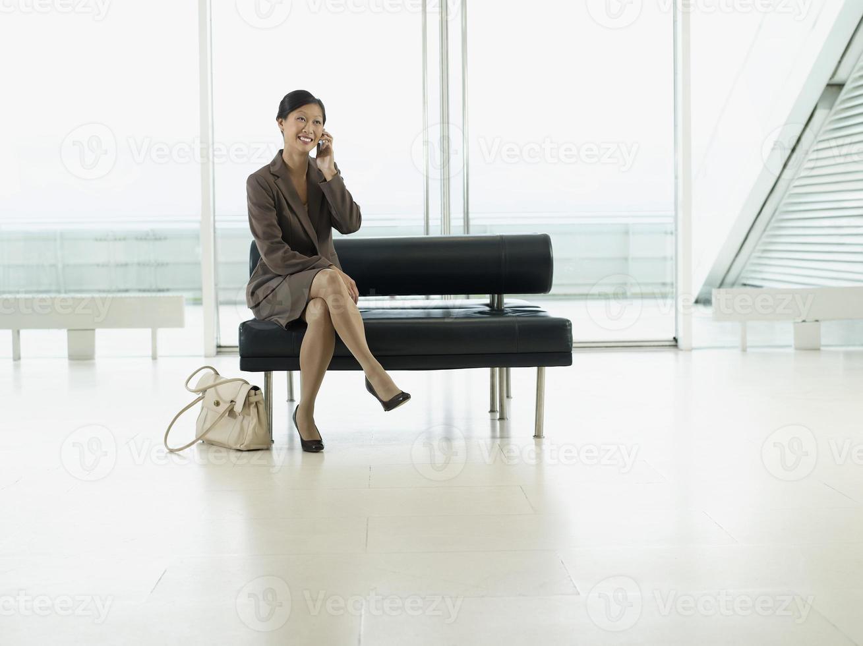 femme affaires, utilisation, téléphone portable, aéroport, hall photo