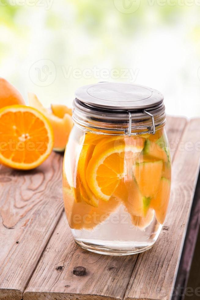 Mélange d'eau infusée à l'arôme de fruits frais d'orange et de melon photo