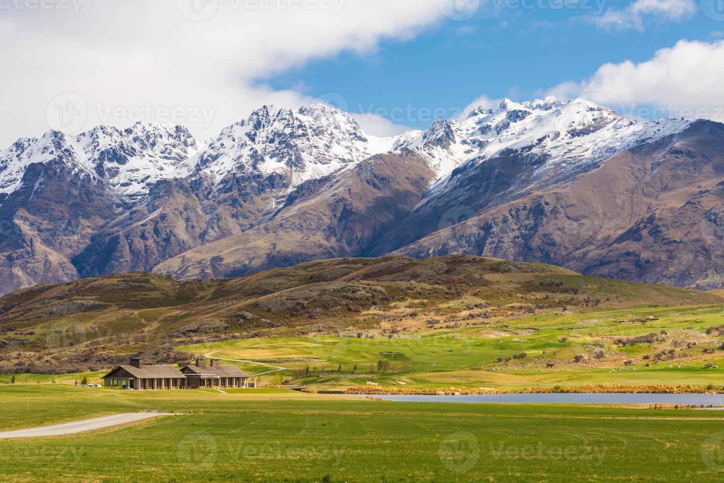 champ vert et paysage de montagne photo