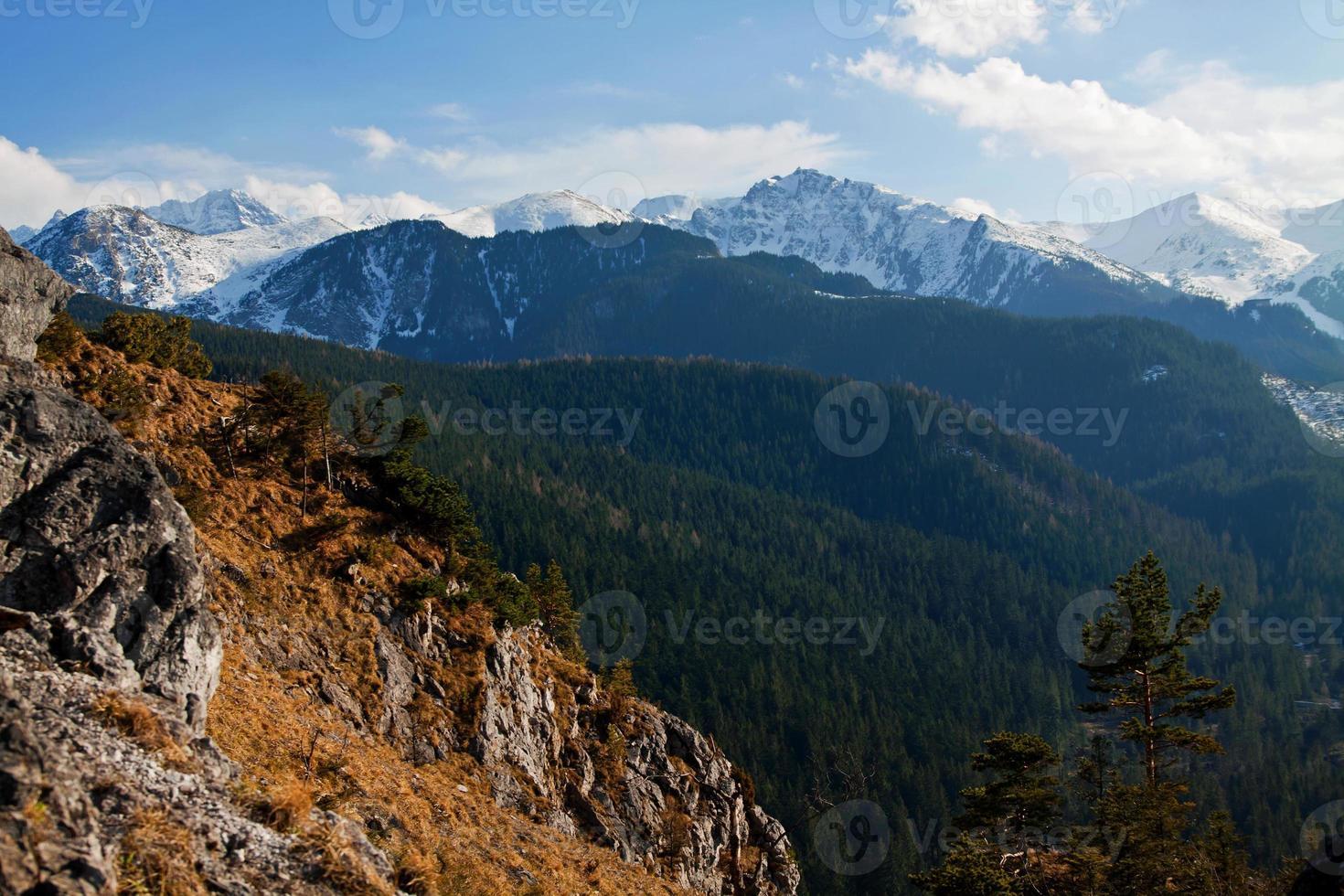 paysage de montagne enneigé avec rock photo