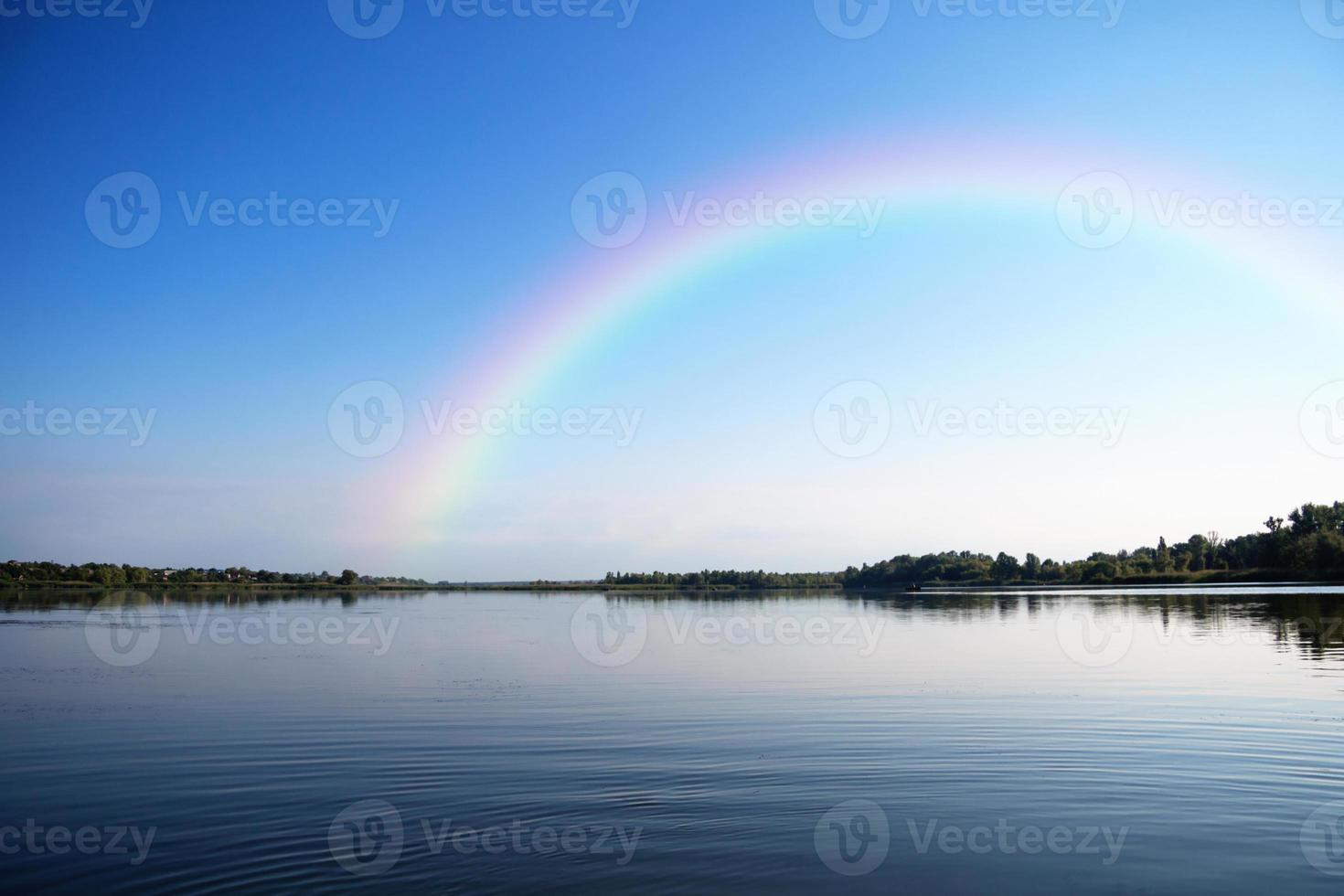 paysage fluvial un jour d'été photo