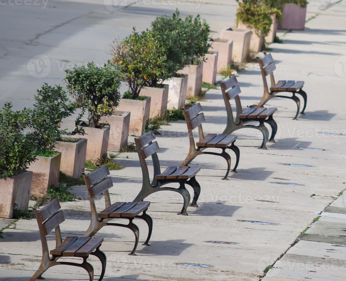 rangée de bancs en bois à Alghero photo