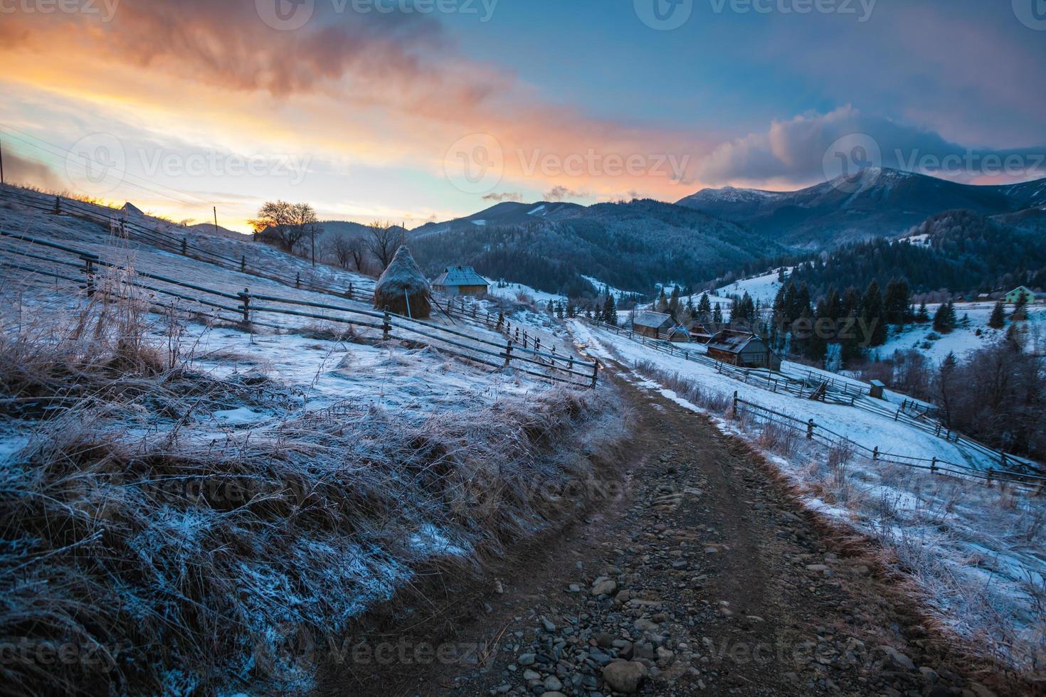 paysage d'hiver fantastique. ciel couvert dramatique. photo