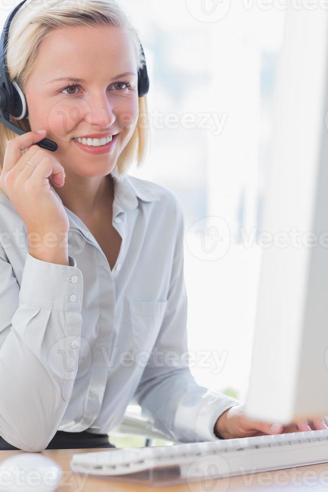 sourire, femme affaires, conversation, casque à écouteurs photo