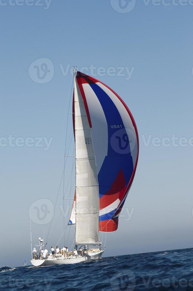 yacht de course pendant la course photo