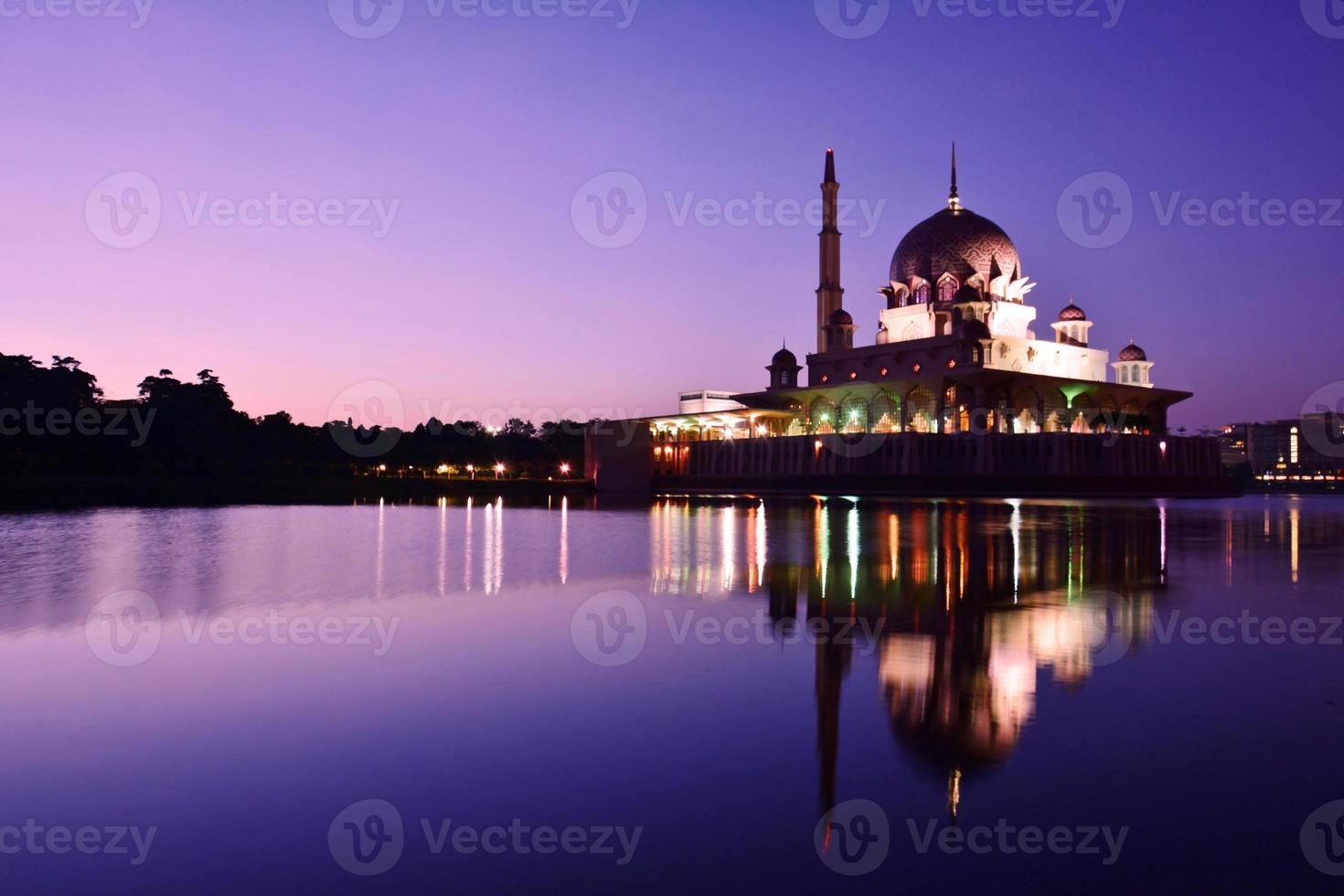 mosquée de putra, putrajaya, malaisie avant le lever du soleil. photo