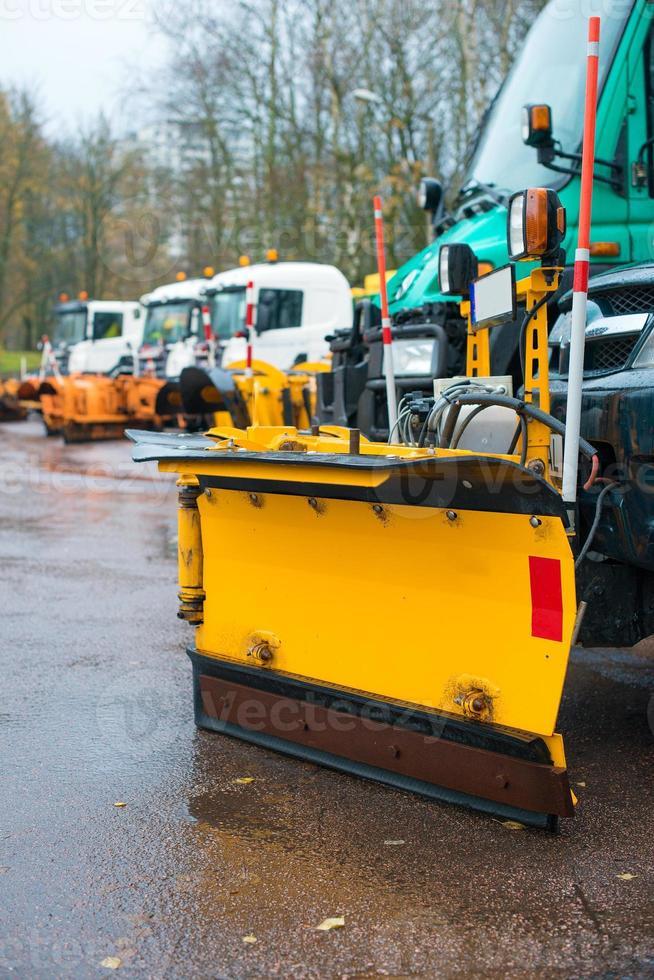 voiture avec châssis de charrue. les services routiers d'hiver sont prêts pour l'hiver. photo