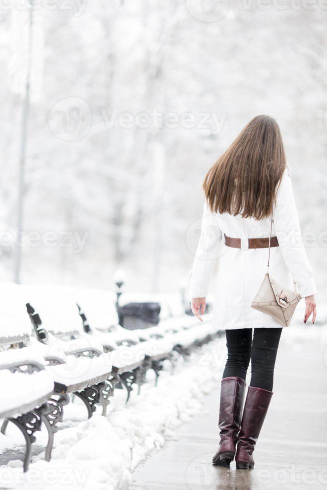 jeune femme en hiver photo