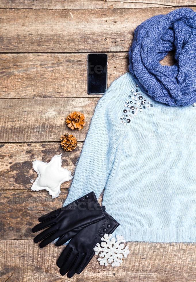 vêtements d'hiver sur fond en bois. photo