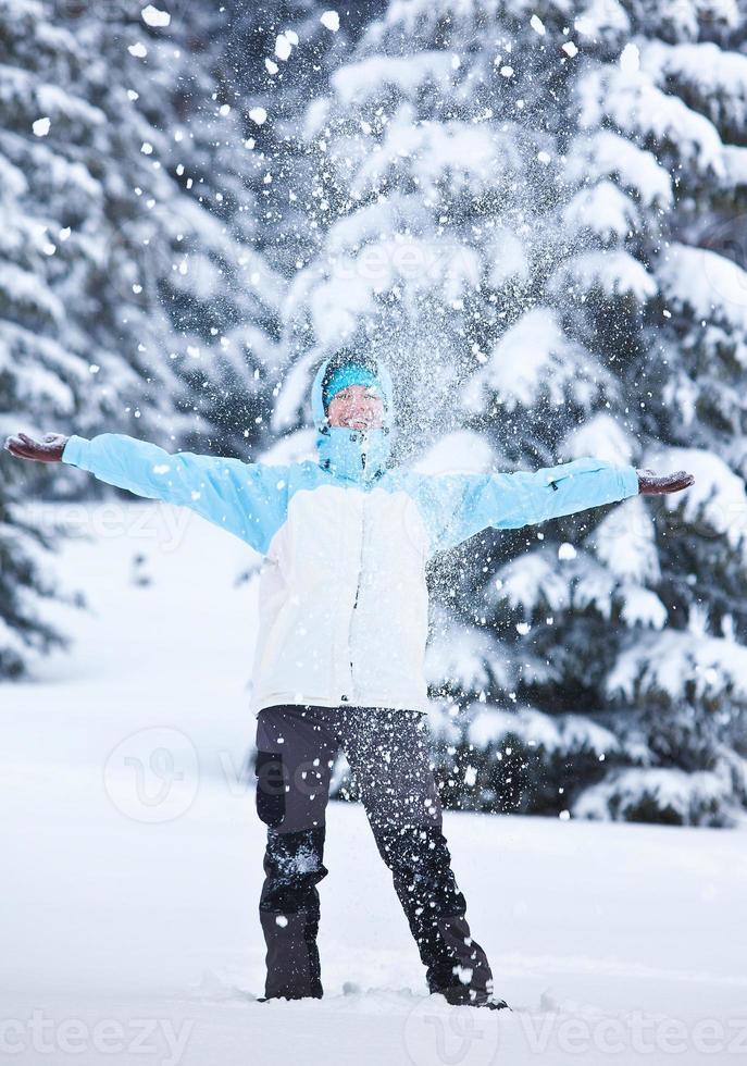randonneur dans la forêt d'hiver photo
