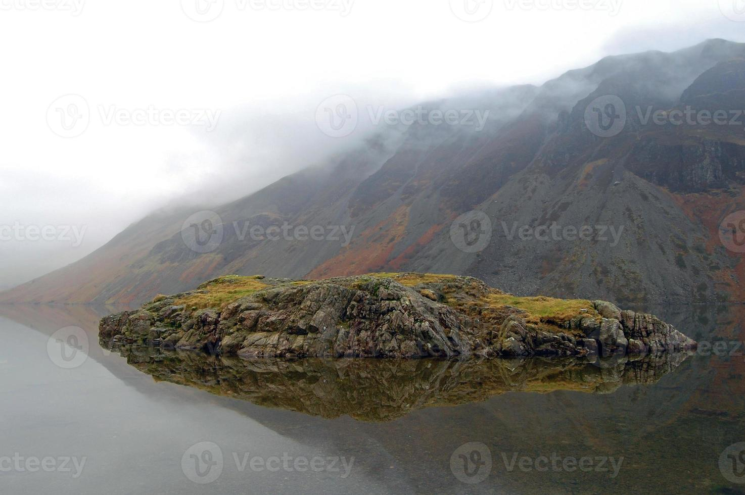réflexion de l'île des eaux usées photo
