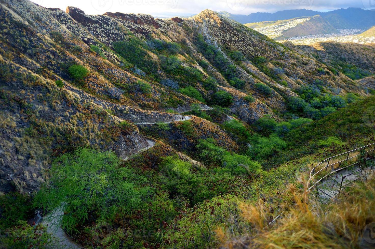 Sentier jusqu'au point de vue du cratère Diamond Head sur Oahu photo