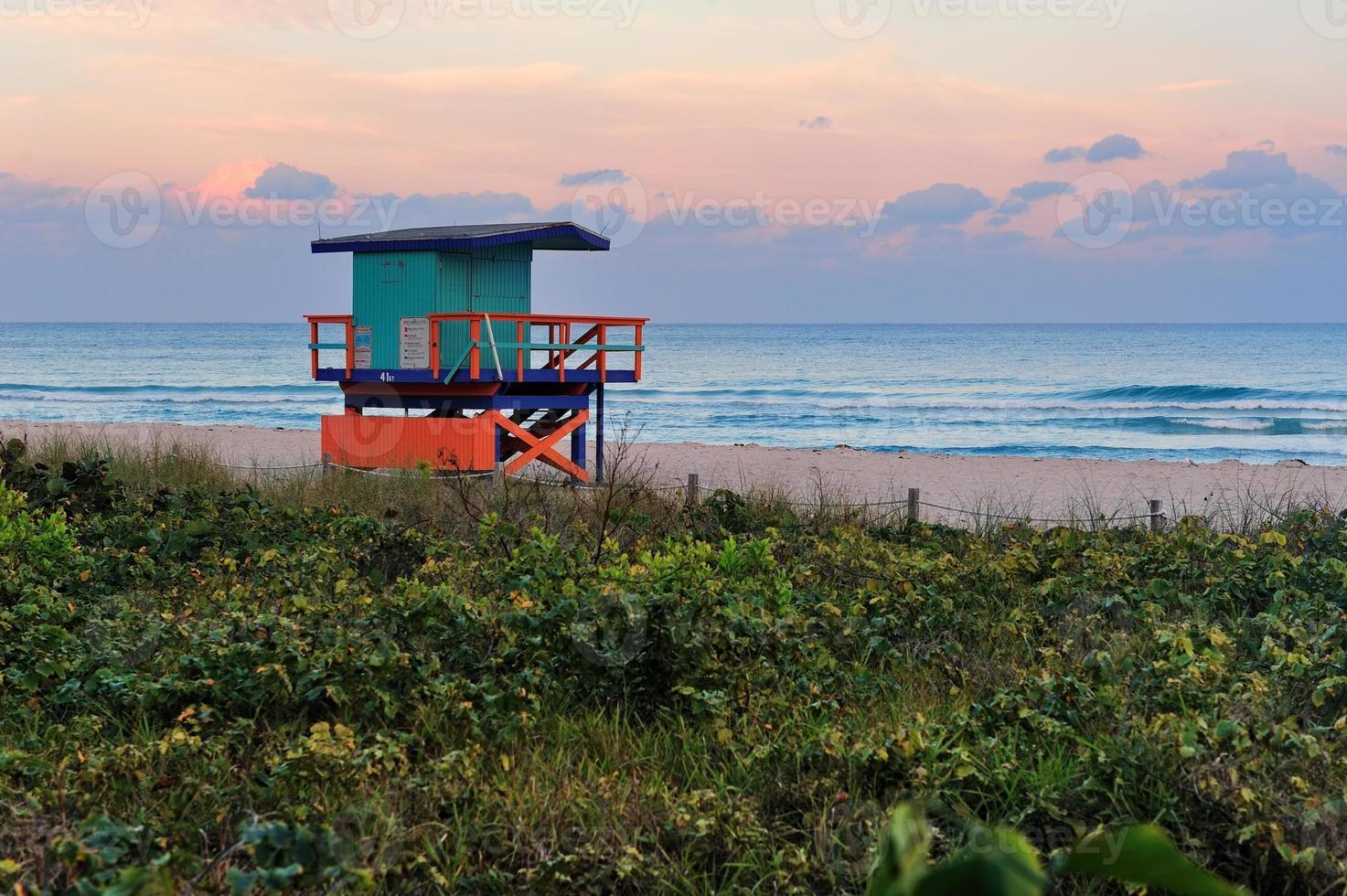 coucher de soleil sur la plage sud de miami photo