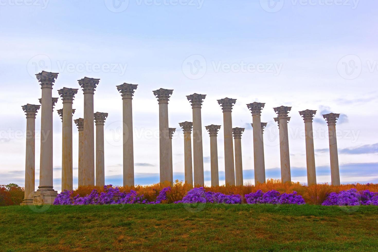 colonnes de la capitale nationale au coucher du soleil. photo