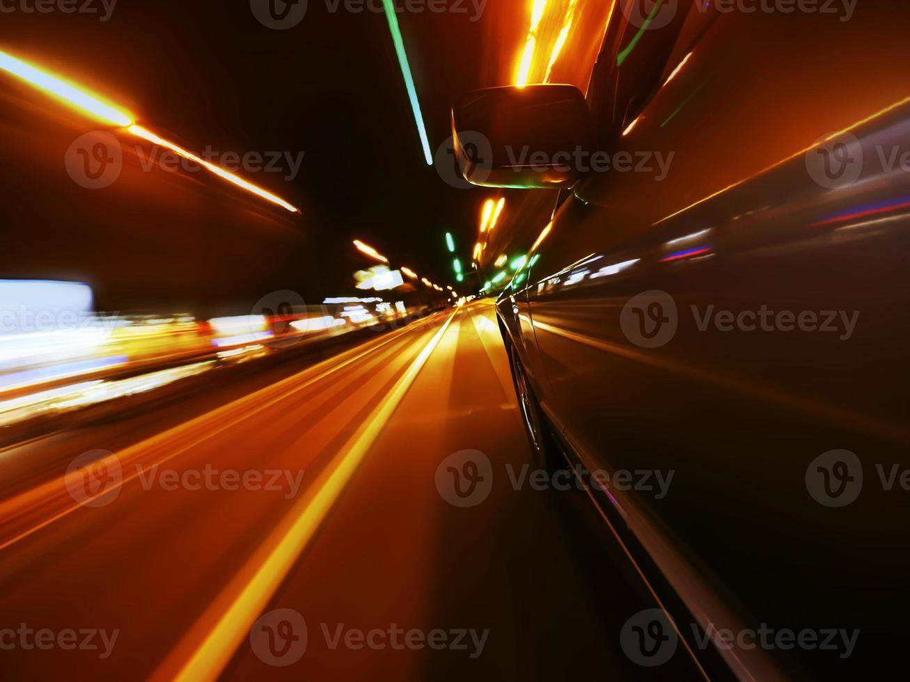 route de nuit à travers la ville photo