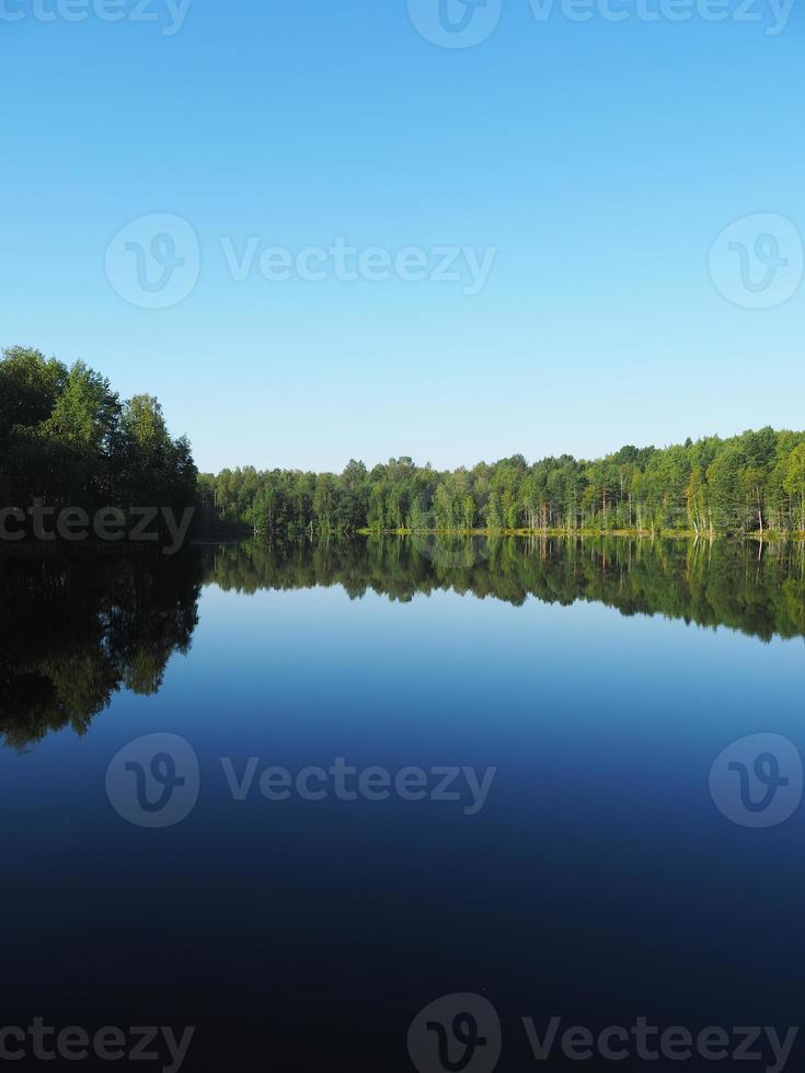 lac de la forêt. Karelia photo
