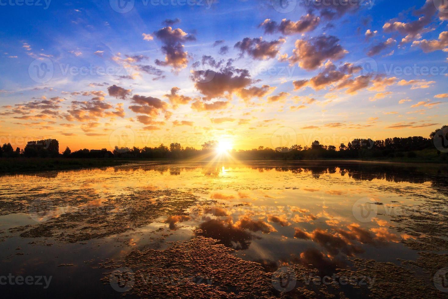 puissant lac au lever du soleil photo