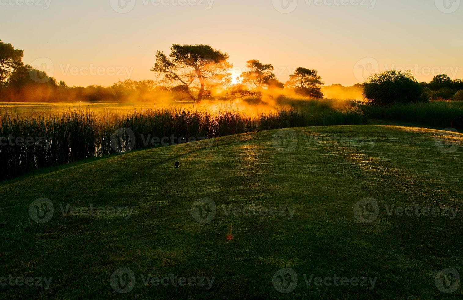 golf dans la brume matinale. photo