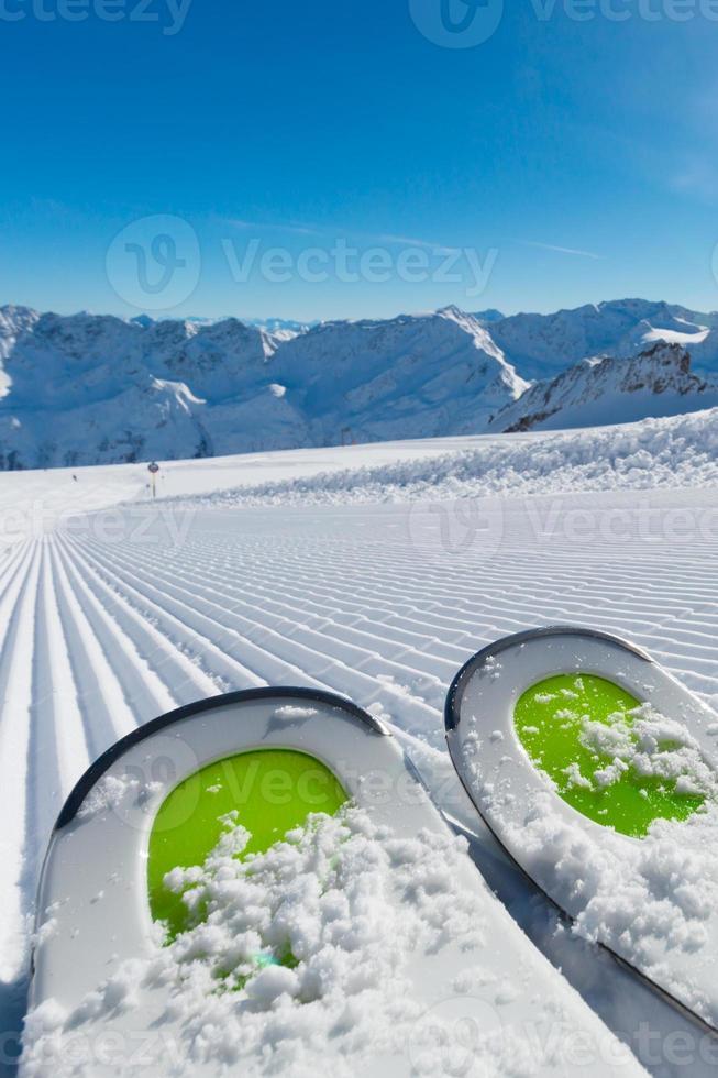 skis sur piste de ski photo