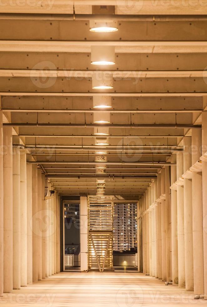 perspective du couloir dans l'immeuble de bureaux moderne photo