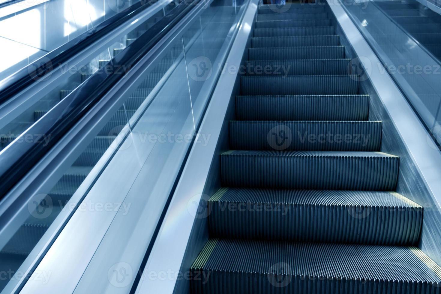 Escalier mécanique en mouvement à l'aéroport photo